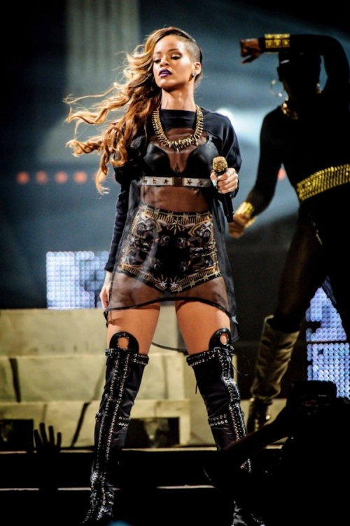 Rihanna-Diamonds-World-Tour-10